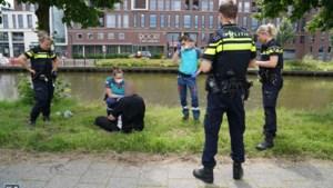 Man valt in beschonken toestand in het water en wordt gered door omstanders
