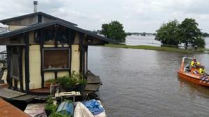 Woonboot met bewoner losgeschoten op Maas in Roermond