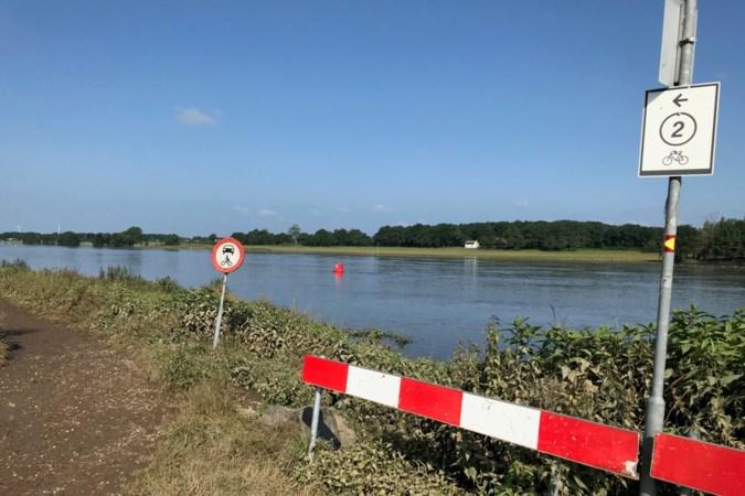 De Maas trekt zich ook weer razendsnel terug; op de oever bij Reuver lijkt alles bijna weer 'normaal'