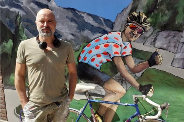 Fanclub laat bolletjestrui wielerheld Wout Poels voor eeuwig vastleggen op gevel stamcafé in Blitterswijck