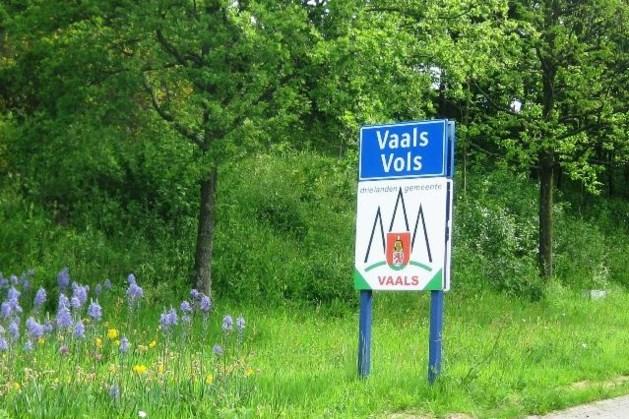 Holte ontdekt onder asfalt Prins Bernhardstraat Vaals, weg per direct dicht