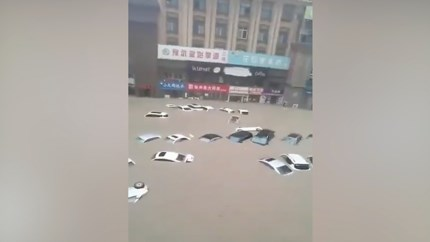 Video: Doden en watersnood in Chinese metropool na enorme regenval