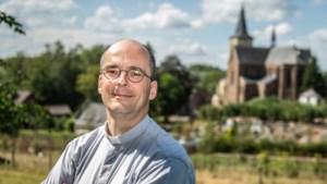 Deken Honings en diaken Janssen zegenen 'alles wat wielen heeft' bij de kerk in Puth