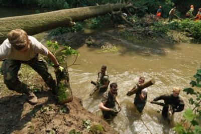 Met vooral veel spierkracht ruimen soldaten van de 411 Pantsergeniecompagnie de Geul op: 'Dit is het echte werk'