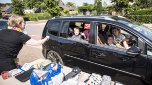 Zwaaien vanuit de auto op de laatste schooldag in Maria Hoop