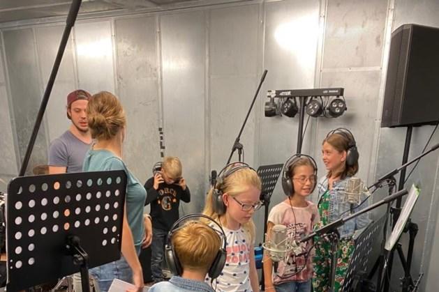 'Popkoor' DoReMini neemt liedje op in The Rock Station