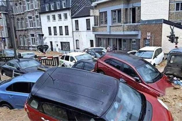 Wéér chaos in België: modderstromen trekken door Dinant, auto's drijven mee