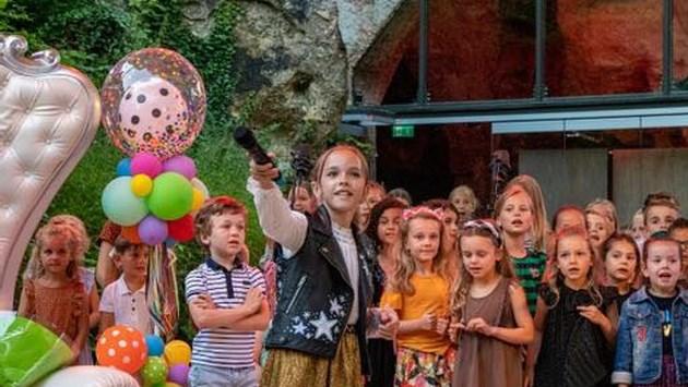 Feelgoodconcert van Emma Kok levert 3000 euro op voor Kinder Onderzoeksfonds Limburg
