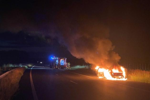 Auto brandt volledig uit langs de A73 bij Reuver
