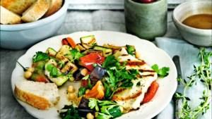 Vega op de bbq: salade van geroosterde groenten en halloumi