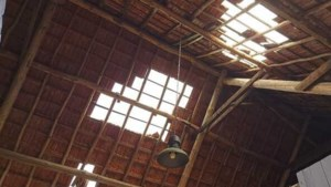 Landend vrachtvliegtuig slaat gaten in dak van schuur