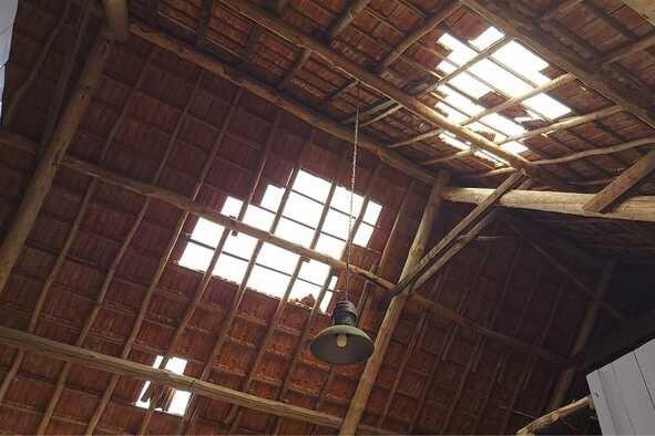 Landend vrachtvliegtuig slaat gaten in dak van schuur in Beek
