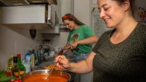 Linn uit Geleen kookt samen met vriendin Ivona tientallen maaltijden per dag voor slachtoffers waterramp