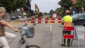 Napoleonsbaan afgesloten in Baarlo; chauffeurs zoeken weg door dorp