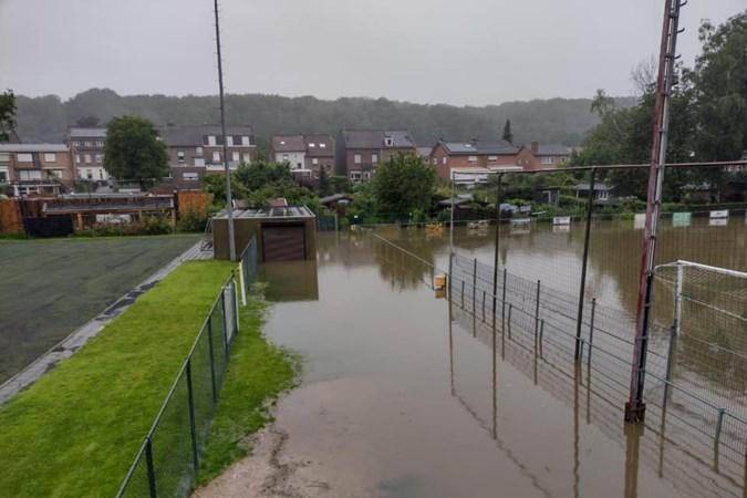 Wateroverlast bij VV Rimburg: 'De vissen zwommen hier op het speelveld'