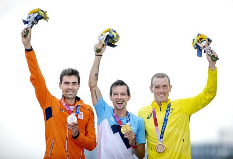Dolblije Tom Dumoulin stunt met zilveren medaille in olympische tijdrit, goud voor ontketende Roglic: 'Zilver met een gouden rand'