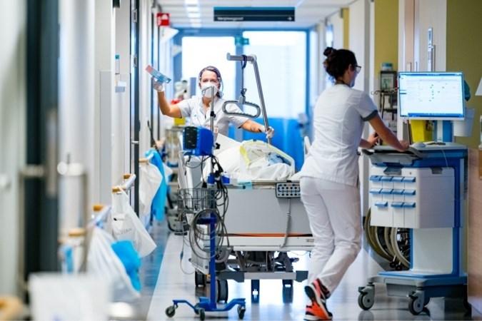 Aantal coronapatiënten in ziekenhuizen loopt verder op, laag aantal nieuwe coronabesmettingen vertekend door storing