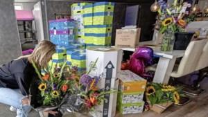 Familie van genderneutrale Frédérique overspoeld met kaarten, bloemen en ballonnen als steunbetuiging