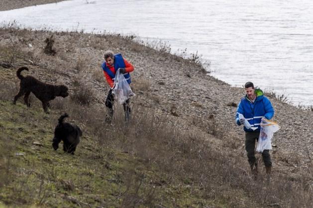 'Opruimhelden' halen hoogwaterafval langs Maas weg