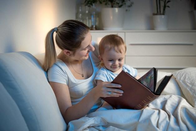 Moeders informeren Moeders houdt voorleesmoment