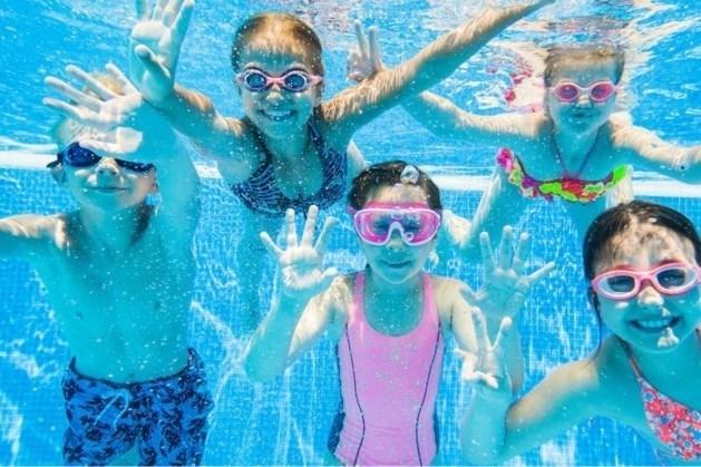 Land- en wateractiviteit in zwembad in Swalmen