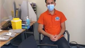 Geneeskundestudent Hamed uit Blerick vaccineert vluchtelingen in azc waar zijn ouders een kwarteeuw geleden aan een nieuw leven begonnen