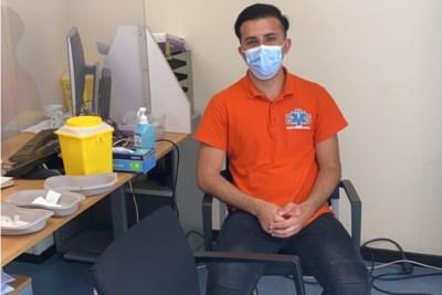 Geneeskundestudent Hamed uit Blerick vaccineert vluchtelingen in azc waar zijn ouders een kwart eeuw geleden aan een nieuw leven begonnen