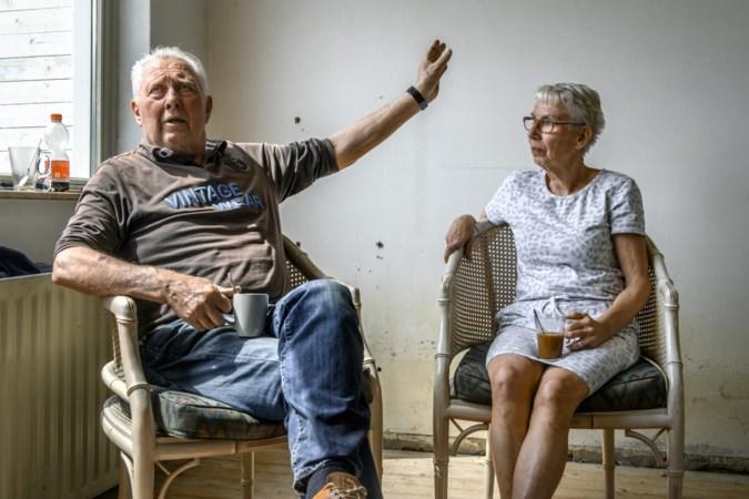 Door overstroming getroffen Corrie en Henk uit Valkenburg zijn na hun noodkreet onder de pannen