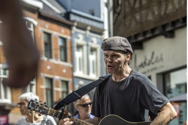 Populaire Limburgse straatmuzikant Remco van de Vorst (56) alias 'de Bob Dylan van Sittard' overleden