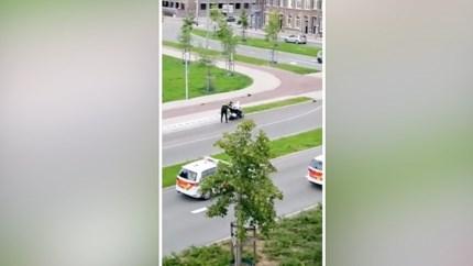 Video: Politieman duwt rijdende scooter onderuit, vluchtende verdachten aangehouden