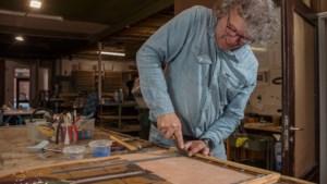 Glazenier Paul (57), reparateur van glas in lood: 'Bij dit eeuwenoude ambacht werk ik met glas met een ziel en een verhaal'