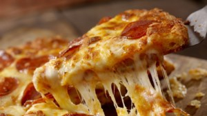 Pizza's en donuts eten tijdens hardloopevenement in Stein