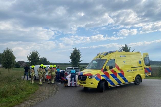 Auto's botsen tegen elkaar in Belfeld: twee gewonden