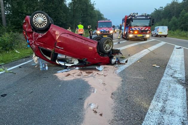 Auto belandt op de kop op N280; bestuurster raakt zwaargewond