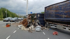 Vrachtwagen verliest lading oud ijzer in Tegelen; weg afgezet