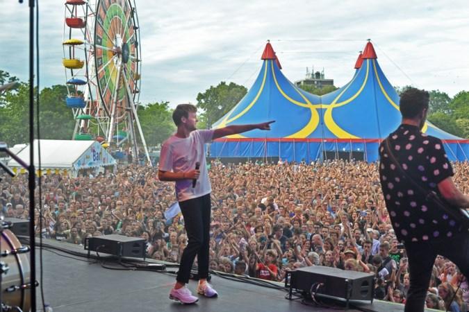 Met een loep op zoek naar muziekfestivals na nieuwe coronamaatregelen