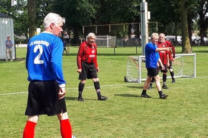 Walking football bij FC Oda: 'Het gaat er best stevig aan toe'