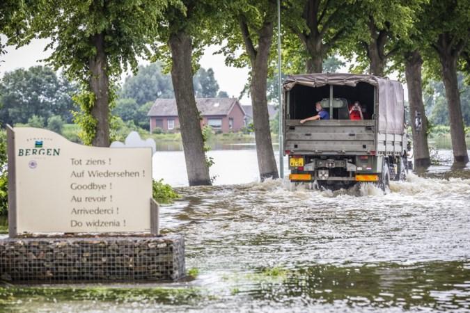 De burgemeester staat aan de kant bij de bestrijding van een hoogwatercrisis