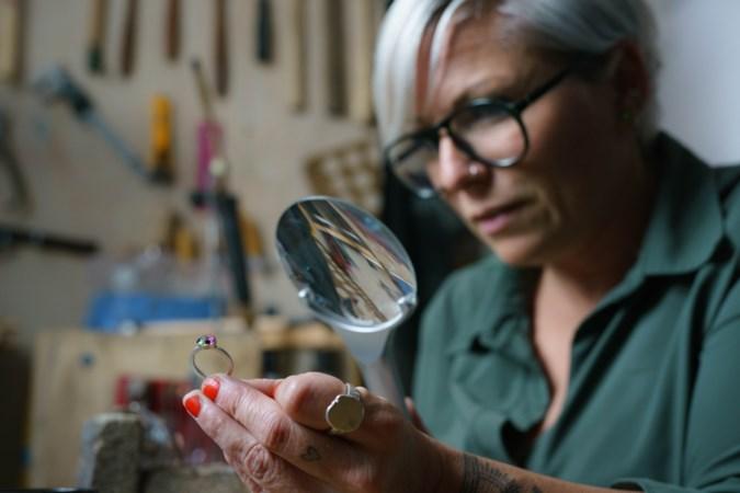 Sittardse Mary Roeters maakt ringen van as en confetti: 'Het geeft troost om een dierbare bij je te kunnen dragen'