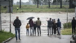 ME stuurt grote groepen ramptoeristen langs de Maas weg