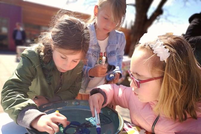 Leerlingen maken kleurrijk aandenken voor ouders en zus van verongelukte Fleur (9)