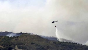 Luchtmacht loost 150.000 liter water boven Albanese bosbrand
