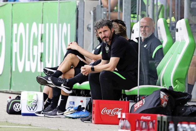 Bekerzege Wolfsburg hangt aan zijden draadje; trainer Mark van Bommel wisselt een speler te veel