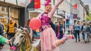 Kermispaardje galoppeert door binnenstad van Weert