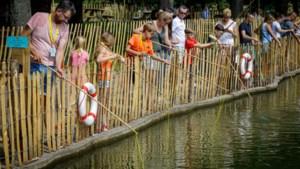 Beet! Magneetvissen in vijver van nieuwe attractie De Geulhof geeft jong en oud plezier