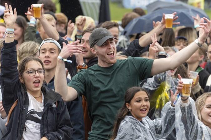 Een soort 'halve' Inkom voor nieuwe Maastrichtse studenten: 'Zo blij dat we iets kunnen doen dat zelfs de regen het feest niet kan bederven'