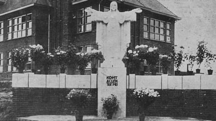 De metamorfose: het kapelletje verdween, kruisen komen en gaan, maar het Heilig Hartbeeld is altijd blijven staan op Stationsstraat in Elsloo