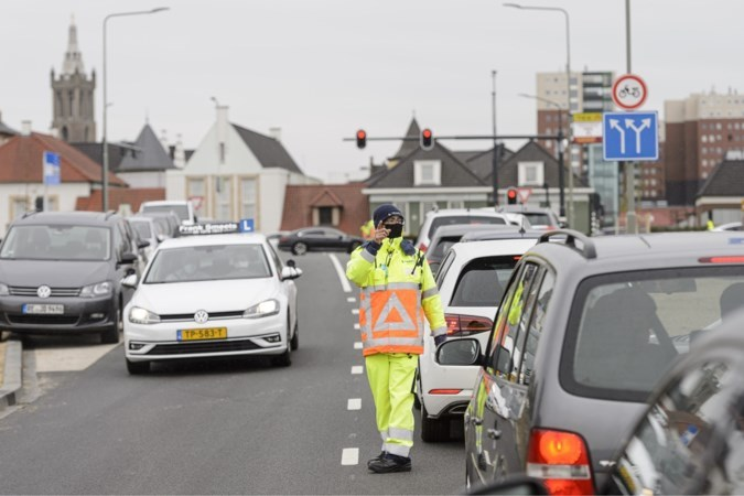 Met parkeerverbod voor Mijnheerkensweg hoopt Roermond wildparkeren Outlet Center aan te pakken
