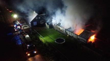 Video: Uitslaande brand verwoest loods in Meterik; brandweer voorkomt erger