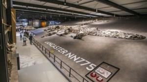 Uit de wrakstukken herrijst het vliegtuig en gooit het zijn bommen af in Oorlogsmuseum Overloon